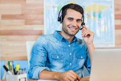 Hübsches Reisebüro, das an der Kamera lächelt Lizenzfreie Stockfotos