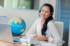 Hübsches Reisebüro, das an der Kamera lächelt Lizenzfreies Stockbild