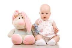 Hübsches Schätzchen und Kaninchen Stockbild