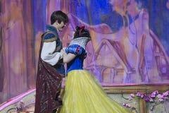 Hübsches Schneewittchen, das mit Prinzen tanzt Stockfotos