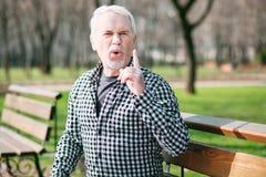 Hübsches Schreien des älteren Mannes lizenzfreie stockfotografie