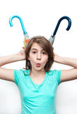 Hübsches Spiel des jungen Mädchens des Brunette mit Regenschirmen Stockbild