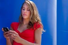 Hübsches texting Mädchen. lizenzfreies stockbild