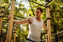 Hübsches Training des jungen Mannes im Park stockfotos
