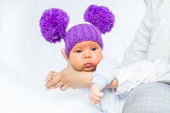 Hübsches und lustiges Baby auf den Händen der Mutter Stockfotografie