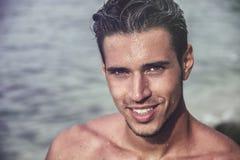 Hübsches Verlassen des jungen Mannes ein Wasser mit dem nassen Haar Lizenzfreie Stockfotos