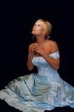 Hübsches Verlobtes im blauen Kleid, das den Himmel betrachtet Stockfoto