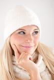 Hübsches Wintermädchen im weißen Hut und im Schal Lizenzfreie Stockfotos