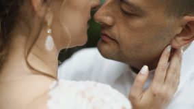 Hübsches womain mit schöner Frisur und earings, die mit einem jungen Mann küssen stock footage