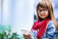 Hübsches youn Mädchen mit Tablette Lizenzfreie Stockbilder