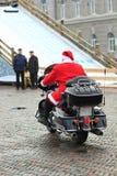 Hüfte Weihnachtsmann, der auf ein Motorrad Abschied nimmt und weggeht Lizenzfreies Stockbild
