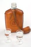 Hüfteflasche und zwei Gläser Stockbild