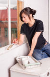 Hüften-Frauen-Malerei-Werkzeug-Bürsten-Rollen-Fenster-Rahmen stockfotos