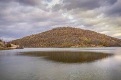 Hügel über dem See stockfotos