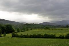 Hügel über Feldern im Seebezirk Lizenzfreies Stockbild