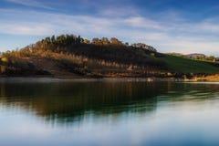Hügel über See mit Reflexionen stockfoto