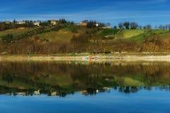 Hügel über See mit Reflexionen lizenzfreie stockfotos