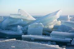 Hügel auf dem gefrorenen Seeufer Lizenzfreie Stockbilder
