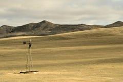 Hügel-Grasland und Windmühle Stockbild