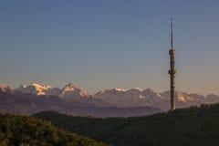Hügel Kok Tobe und Mountain View im Frühjahr, Almaty, Kasachstan Lizenzfreies Stockfoto
