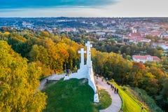 Hügel mit drei Kreuzen in Vilnius-Antenne lizenzfreie stockfotografie