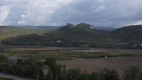Hügel mit einem Tal und den Wolken lizenzfreie stockbilder