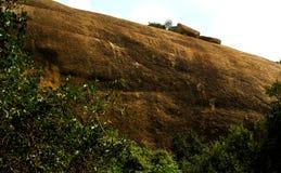 Hügel mit Himmellandschaft des sittanavasal Höhlentempelkomplexes Stockfotografie