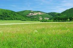 Hügel mit Steinbruch Lizenzfreie Stockfotos