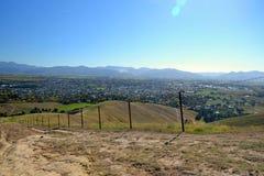 Hügel mit trockenem Gras Stockfotos