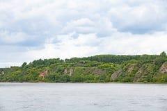 Hügel mit Wald, szenische Ansicht vom Fluss Stockbilder