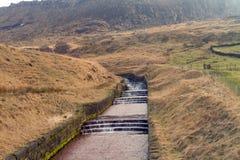 Hügel mit Wasserjobstepüberlauf stockbild