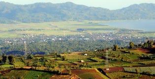 Hügel, See, Dorf und Bauernhof Stockfoto