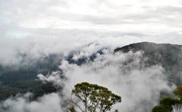Hügel-Strecken mit Wolken Stockfotos