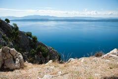 Hügel und adriatisches Meer, Dalmatien, Kroatien Stockfotografie