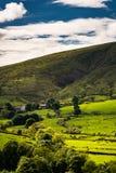 Hügel und Bauernhöfe auf Landschaft stockfoto