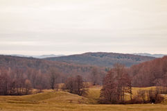 Hügel und Berge an einem bewölkten Herbsttag Stockfotos