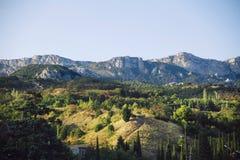 Hügel und Berge im Sonnenlicht Stockfotos