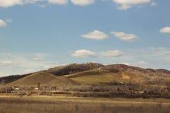 Hügel und das gelbe Feld an einem vollen Tag Vorfrühling, Herbst Lizenzfreie Stockfotos