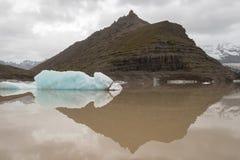 Hügel und Eisberg widergespiegelt lizenzfreie stockfotos