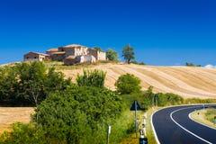 Hügel und Felder in Toskana stockfotografie