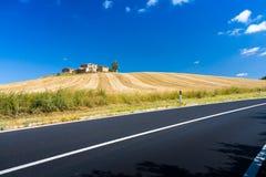 Hügel und Felder in Toskana Stockfoto