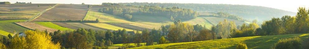 Hügel und landwirtschaftliche Felder. stockbilder