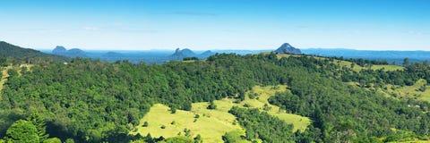Hügel und Weide des Sonnenscheins fahren Hinterland die Küste entlang Stockbild
