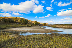 Hügel unter dem blauen Himmel Lizenzfreie Stockfotos