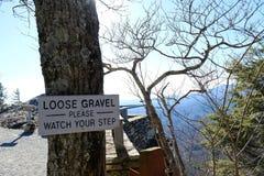 Hügelansicht der Waldlandschaft mit Vorsicht für losen Kies lizenzfreie stockbilder