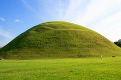 Hügelgräber des alten Grabs Lizenzfreie Stockfotos
