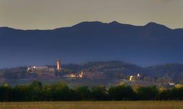 Hügelige Landschaft mit einem alten Schloss Lizenzfreies Stockbild