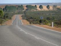 Hügelige Landschaft mit Straße. Lizenzfreie Stockbilder