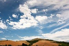 Hügelige Landschaft von Le Marche, Italien Lizenzfreies Stockfoto