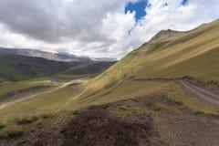 Hügeliges Gelände von Bergen Stockfotografie